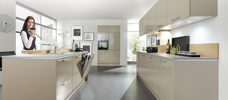 https://hausderkuechen.de/sites/default/files/styles/header_slider/public/kitchen_header_slider/haus-der-kuechen-worms-plus-kueche-edition78-puristisch-einbau-01.jpg?itok=98HqT3Yd